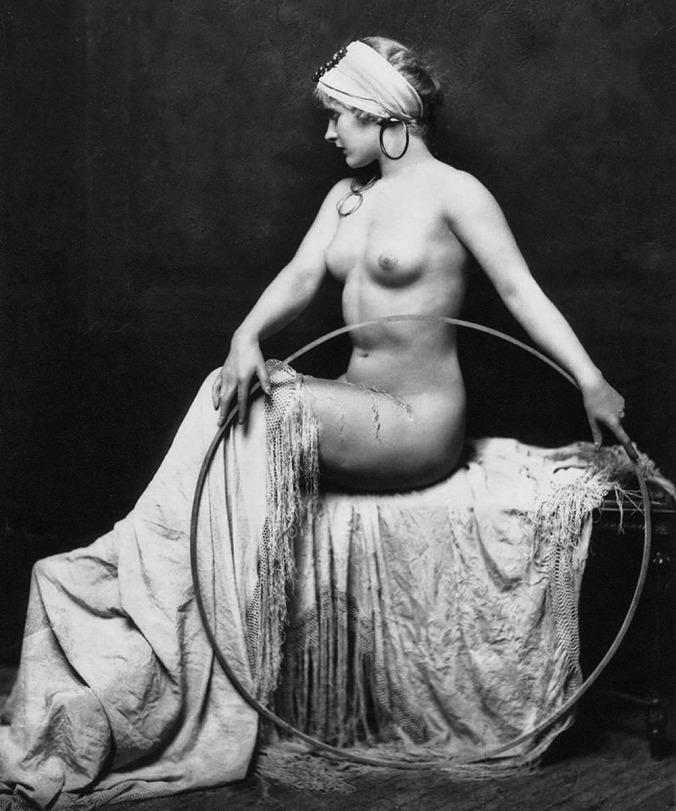 Posing_nude_woman